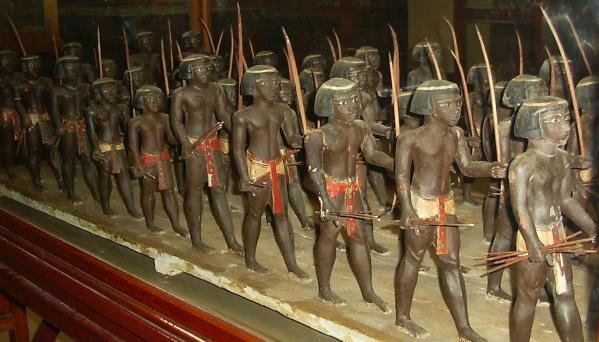 Figurines de soldats nubiens en bois